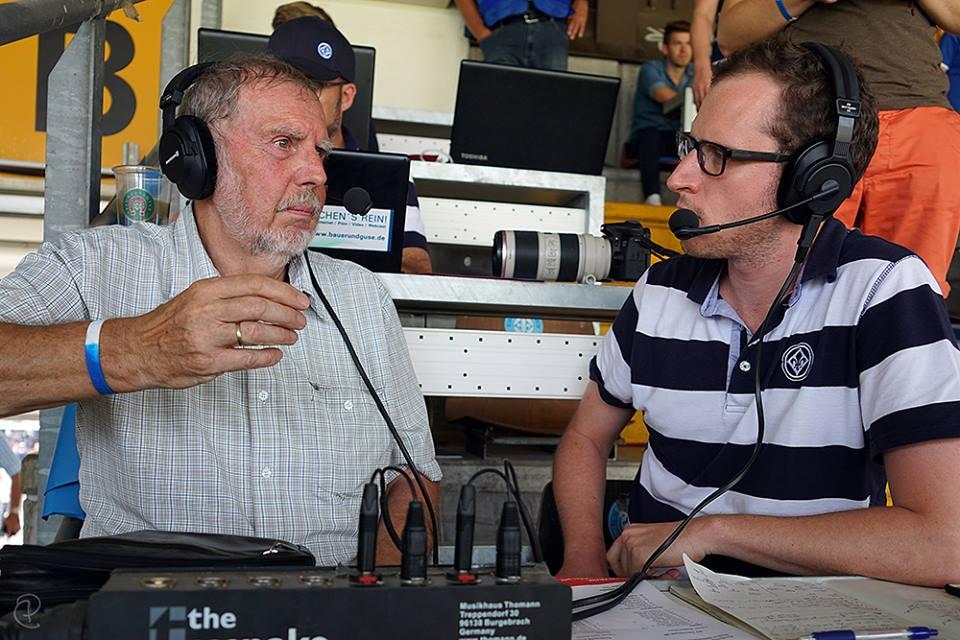 Dr. Norbert Brand (Donum Vitae Darmstadt) und Christoph Püschner (SV 98 Fanradio) beim Halbzeit-Interview am 2. Spieltag. (Foto: Simone Heil)